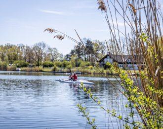 Zwei Kanuten auf dem Allersee in Wolfsburg