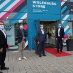 Oberbürgermeister Klaus Mohrs, Geschäftsführung und Aufsichtsratsspitze der WMG begehen Wolfsburg Store