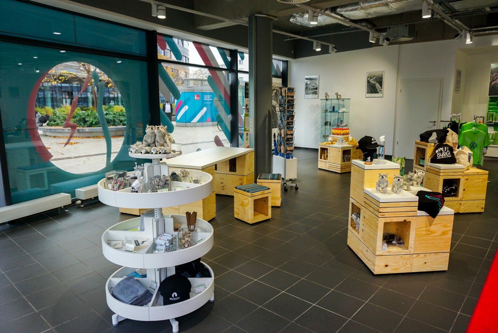 Zeigt die Innenansicht des Wolfsburg Stores mit Blick in den Verkaufsraum