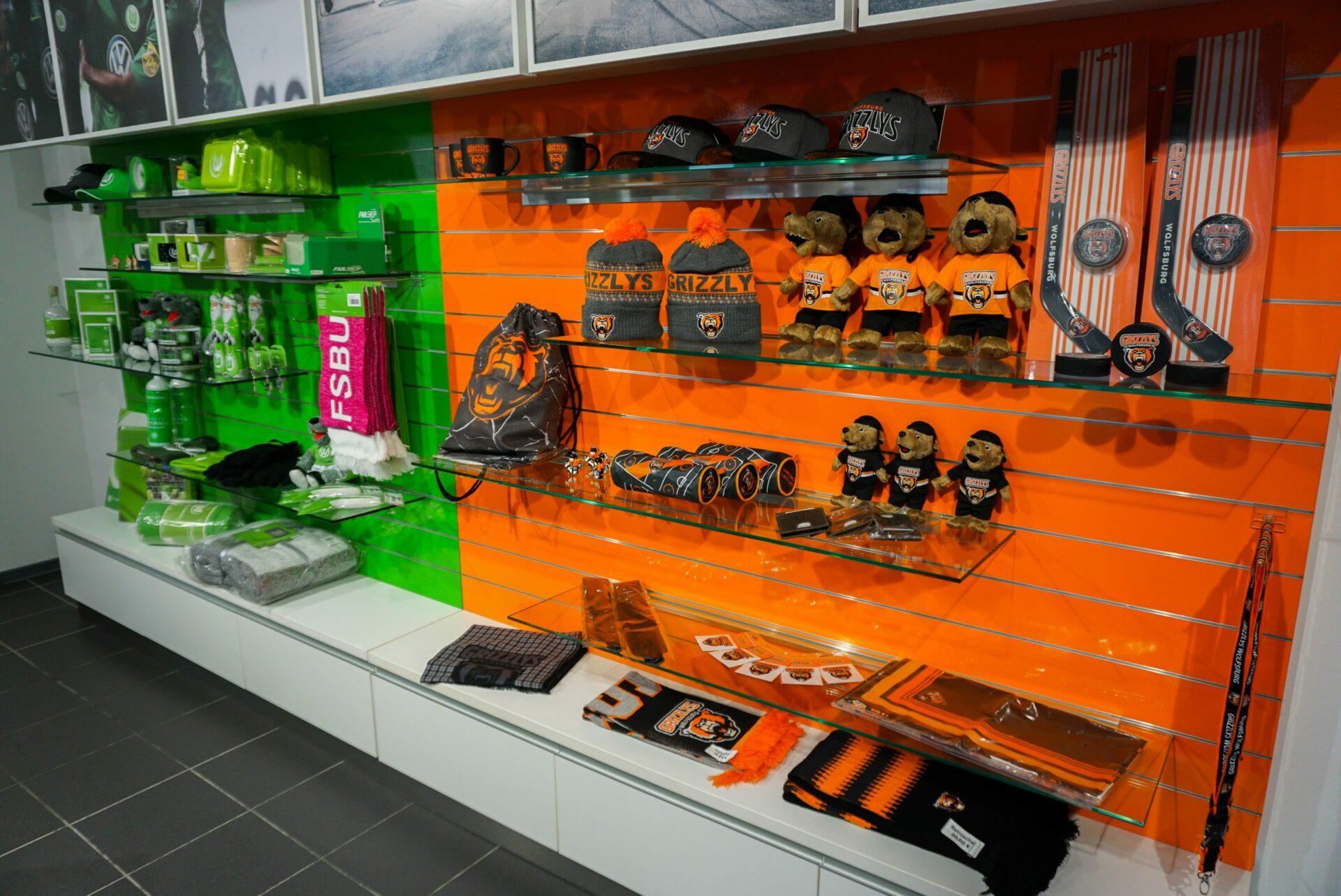 Eine Auslage der Merchandising-Artikel der Grizzlys und des VfL Wolfsburg