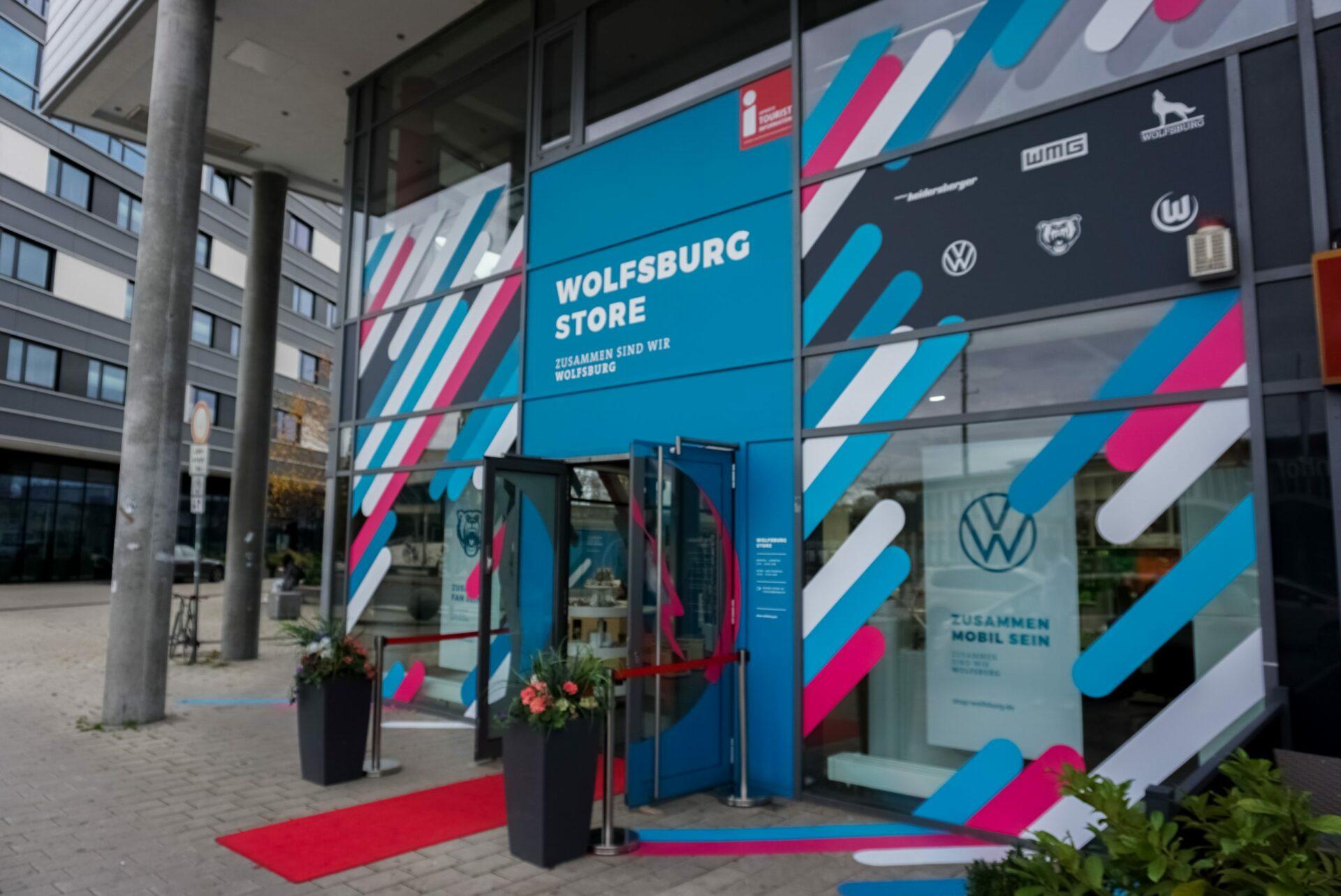 Bild zeigt die Außenansicht des Wolfsburg Stores mit der Eingangstür