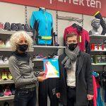 Sport 2000 wird WeCard Akzeptanzstelle. Auf dem Bild Jan-Hendrik Klamt und Eldrid Isolde, die eine Wecard halten