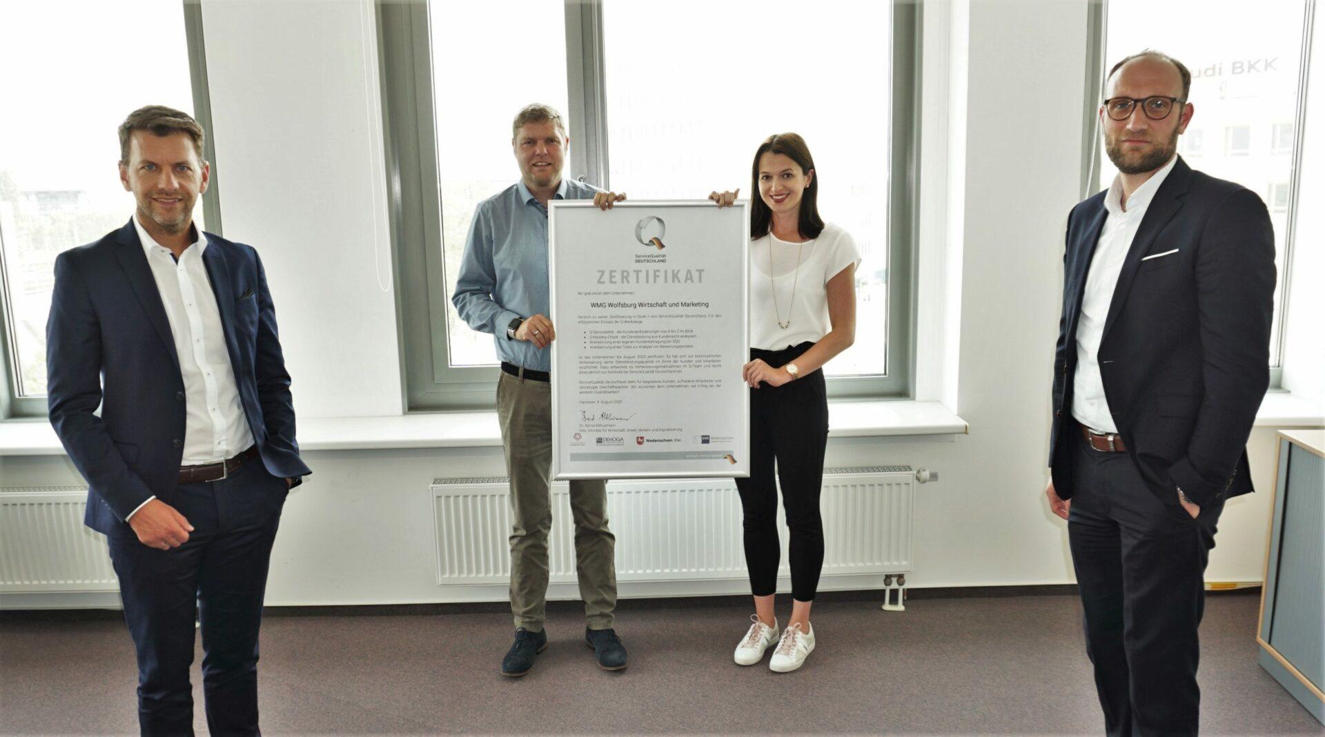 Dennis Weilmann, Christoph Kaufmann, Stephanie Möller und Jens Hofschröer präsentieren die Auszeichnung zu ServiceQualität Deutschland Stufe 2