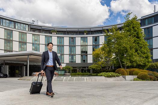 Ein Geschäftsmann vor dem The Ritz-Carlton in Wolfsburg als Symbolbild für den Tourismus in Wolfsburg in 2020.