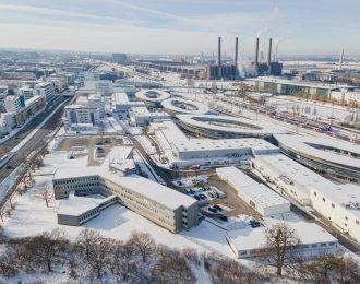 Ein winterliches, schneebedecktes Wolfsburg aus der Vogelperspektive