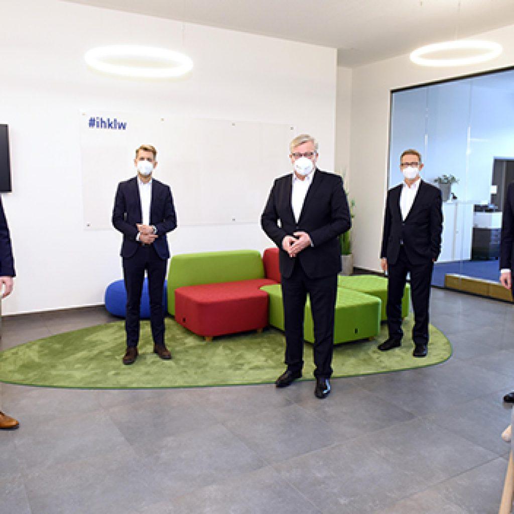 Niedersächsischer Wirtschaftsminister Dr. Bernd Althusmann zu Gast in Wolfsburg, von links Michael Wilkens, Dennis Weilmann, Dr. Bernd Althusmann, Klaus Mohrs, Jens Hofschröer