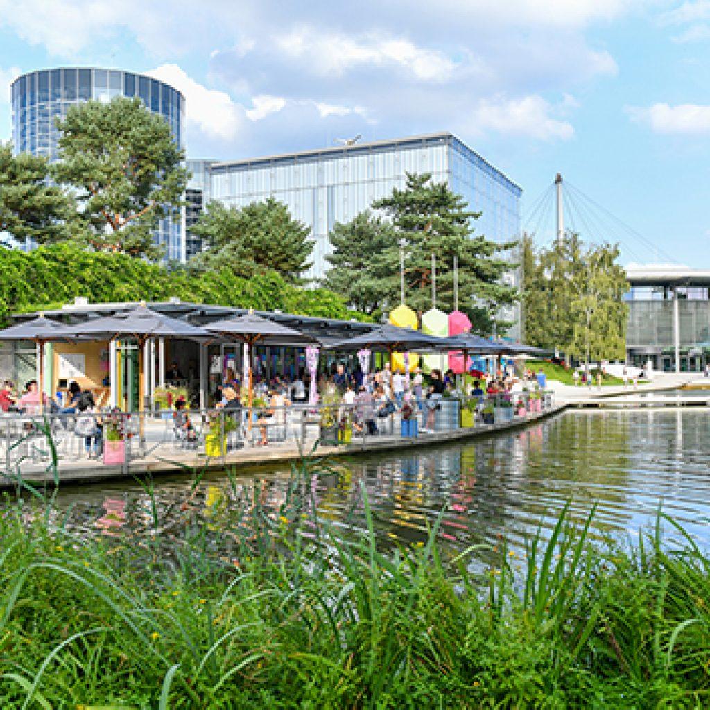 Das Bild zeigt einen Einblick in die Autostadt Wolfsburg. Mit der Aktion der WMG kann auch die Autostadt bei einer Reise nach Wolfsburg erlebt werden.