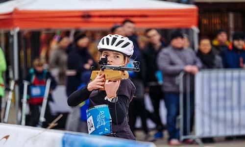 Der Wolfsburger Biathlon-Cup findet am 7. November zum zweiten Mal in Wolfsburg statt. Das Bild zeigt eine Wettkämpferin beim Stehendschießen.